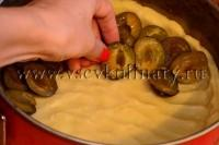 Уложите на тесто половинки слив вниз шкуркой, как можно плотнее