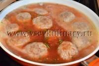 Вылете соус в сковороду, накройте крышкой и оставьте потушиться еще минут 15