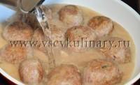 Добавьте в сковороду воды из чайника и оставьте тефтели потушиться минут 15-20