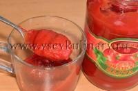 Для соуса  возьмите 2 ст.л. томатной пасты, добавьте перец, кориандр, соли