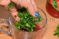 Порежьте мелко укроп и петрушку, добавьте к томатной пасте