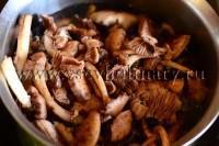 Выложите грибы в кастрюлю, залейте холодной водой, слейте первую воду, как закипит