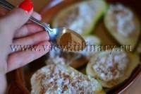 Посыпьте сахарной пудрой и корицей и поставьте в духовку на 15-20 минут запекаться