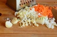 Порежьте лук, чеснок, потрите морковь, поджарьте в растительном масле 5-7 минут