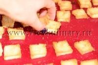 добавьте гренки и пармезан ломтиками