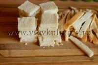 у хлеба обрежьте корочки и разрежьте на четвертинки
