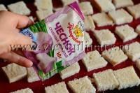 посыпьте хлеб солью и сухим чесноком