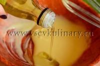 вливайте оливковое масло, взбивая венчиком