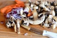 для начинки из грибной икры помойте шампиньоны, морковь и лук, порежьте крупно