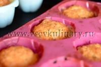 когда кексы немного поднимутся и станут золотистыми, достаньте их из духовки