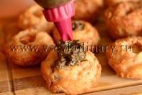 сделайте углубление в каждом кексе и положите ложечку грибной икры