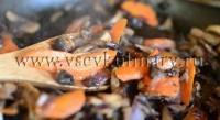 грибы, лук и морковь обжарьте на растительном масле