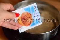 добавьте в яйца 1 ч.л. разрыхлителя, взбейте венчиком до появления пены