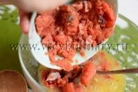 мелко порезанное филе красной рыбы смешайте с яйцами