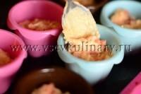 выкладывайте в смазанные формочки для кексов