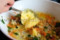 Потрите морковь и порежьте лук, поджарьте в сливочном масле минут 10