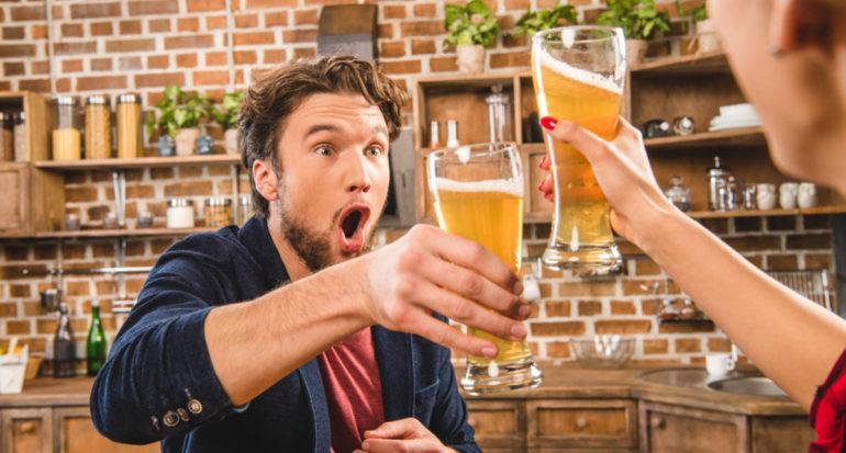 Пара пьёт пиво